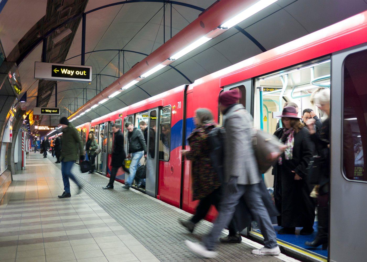 passageiros a sair do metro