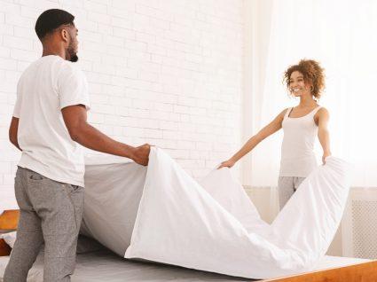 casal a mudar os lençóis