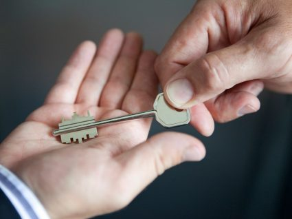 inquilino a dar a chave a senhorio