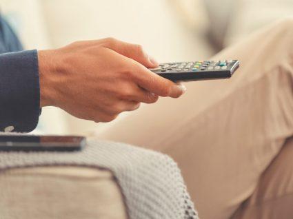 Homem em casa a ver TV