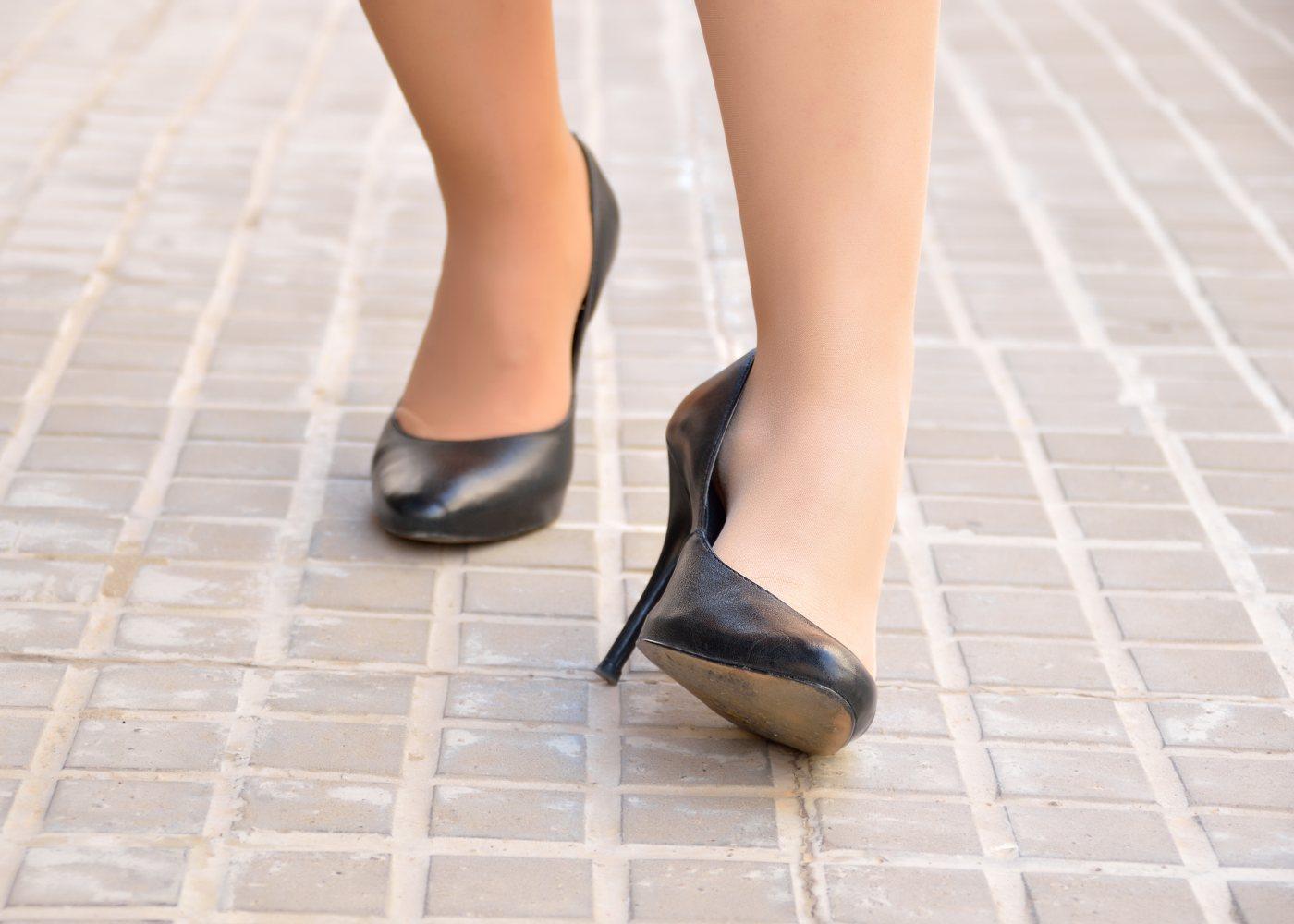 mulher com pés inchados