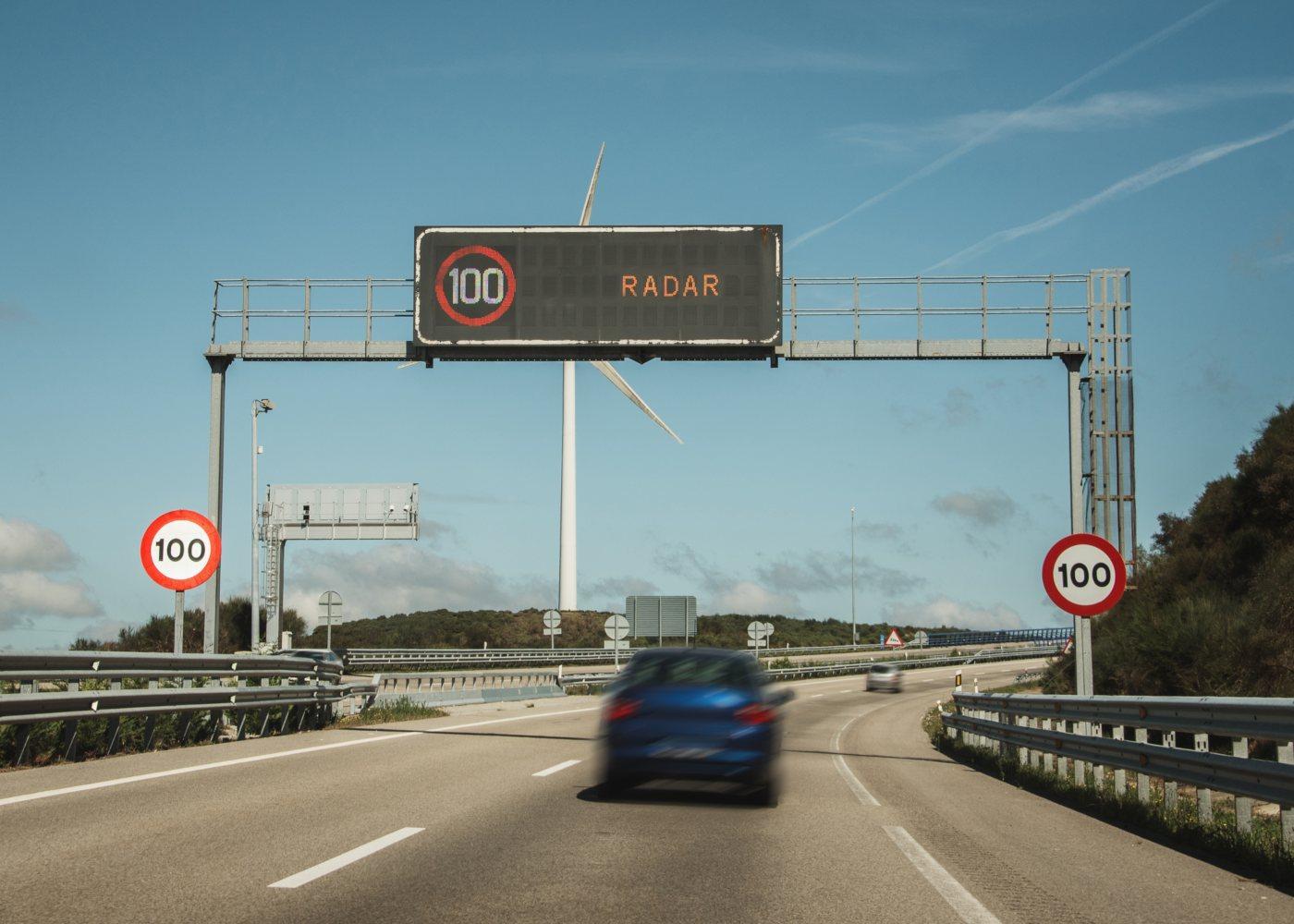 carro a passar por um Radar de velocidade