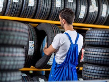 homem a escolher pneu