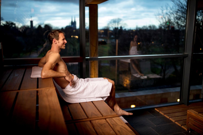 homem em sauna