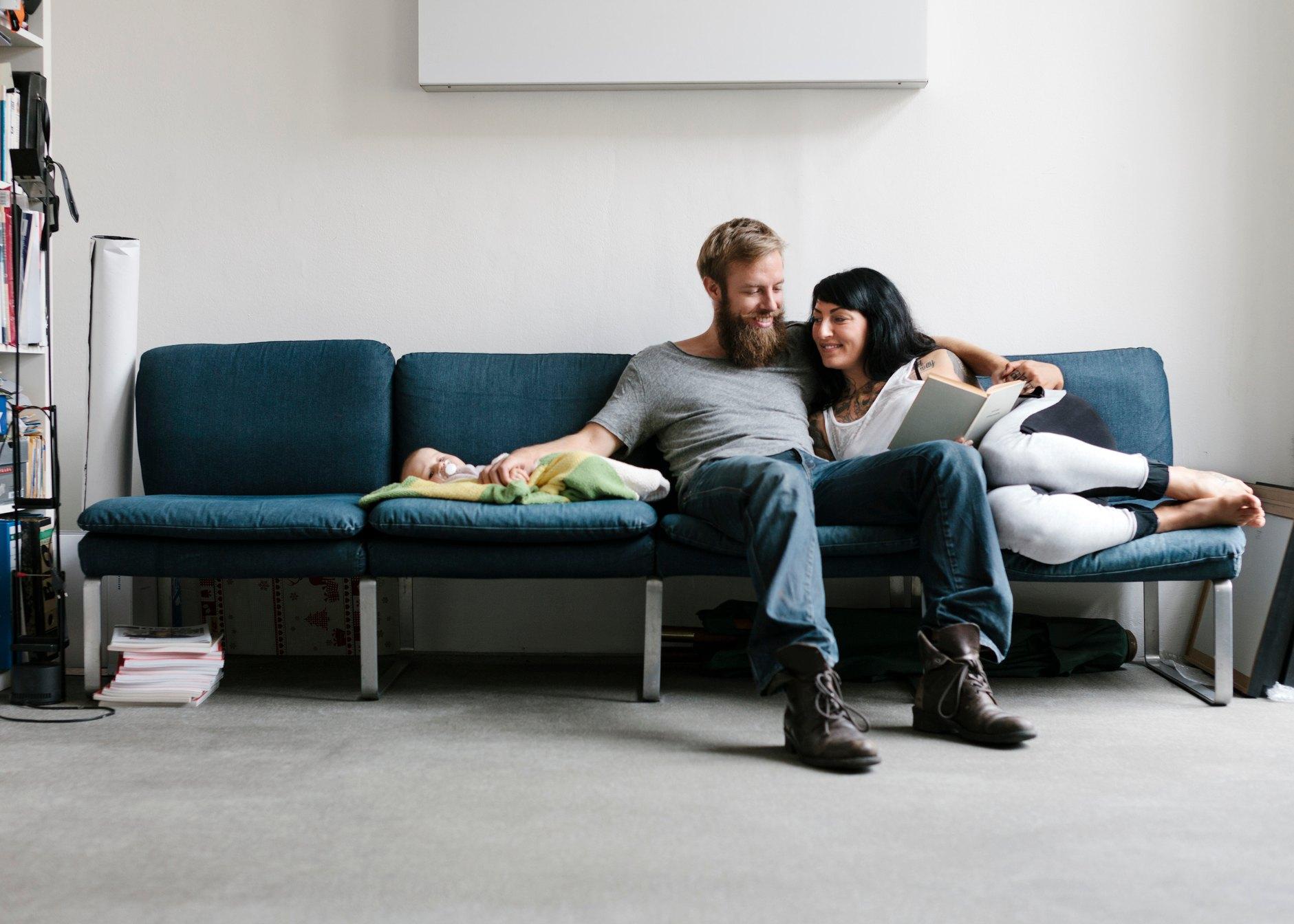 casal a relaxar no sofá com o bebé