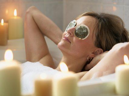 Mulher a relaxar num spa em casa