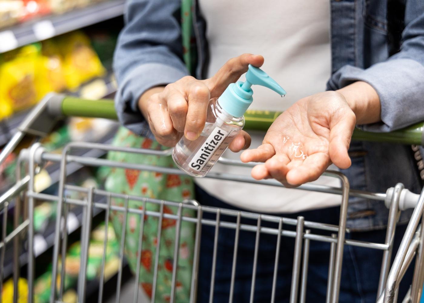 supermercados-maos-carrinho-desinfetante