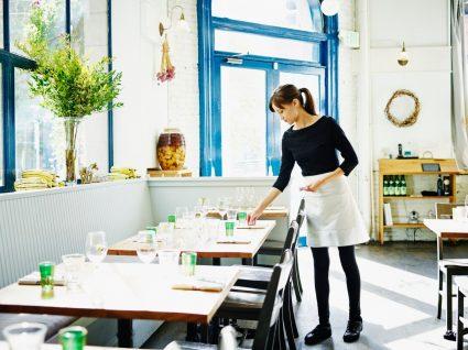 empregada de restaurante a trabalhar
