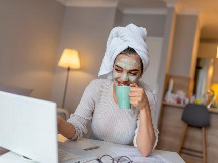 Mulher a fazer tratamentos de rosto em casa