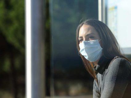 mulher a usar máscara durante surto de covid-19