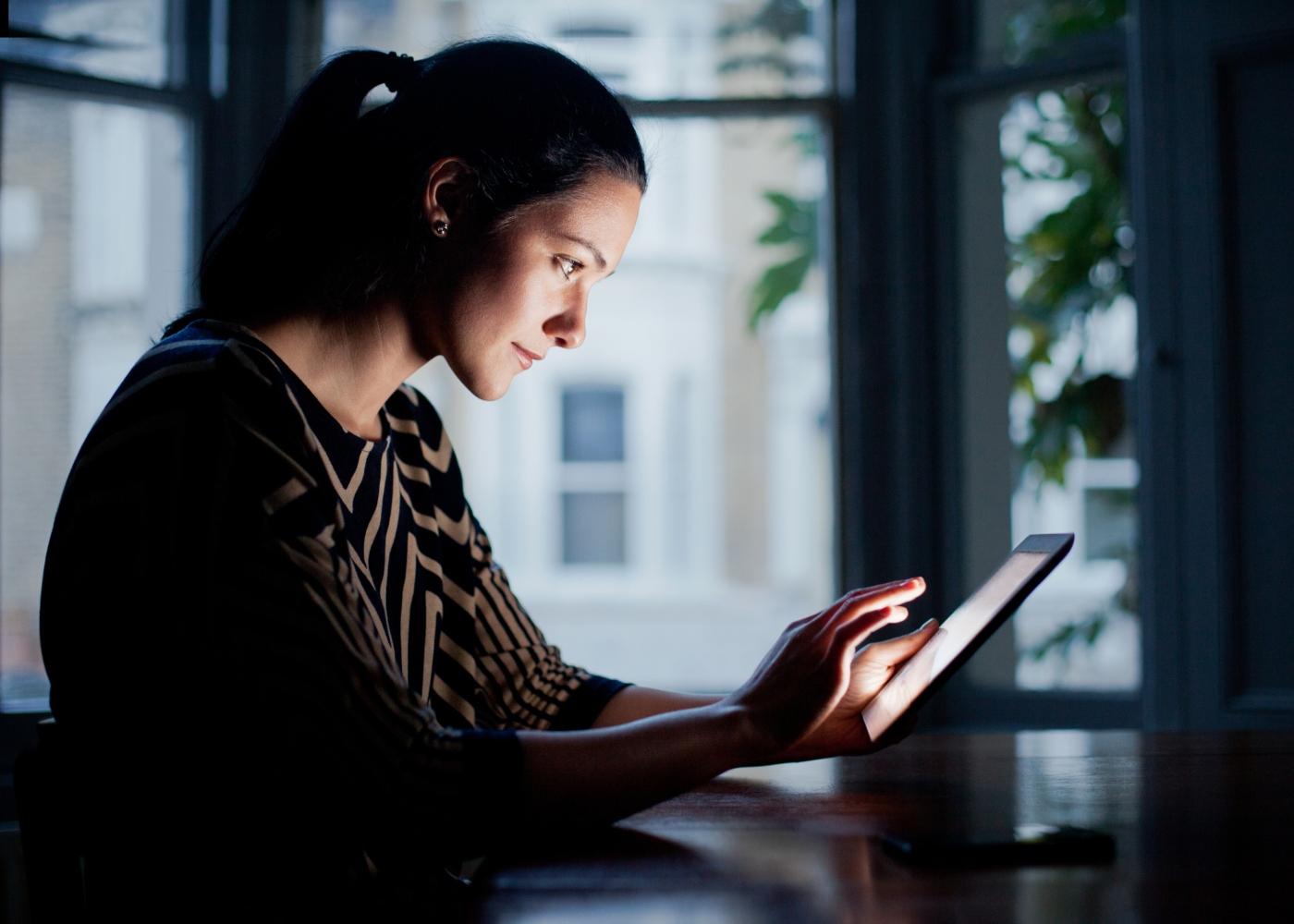 mulher a trabalhar num tablet e pesquisar sobre velocity network
