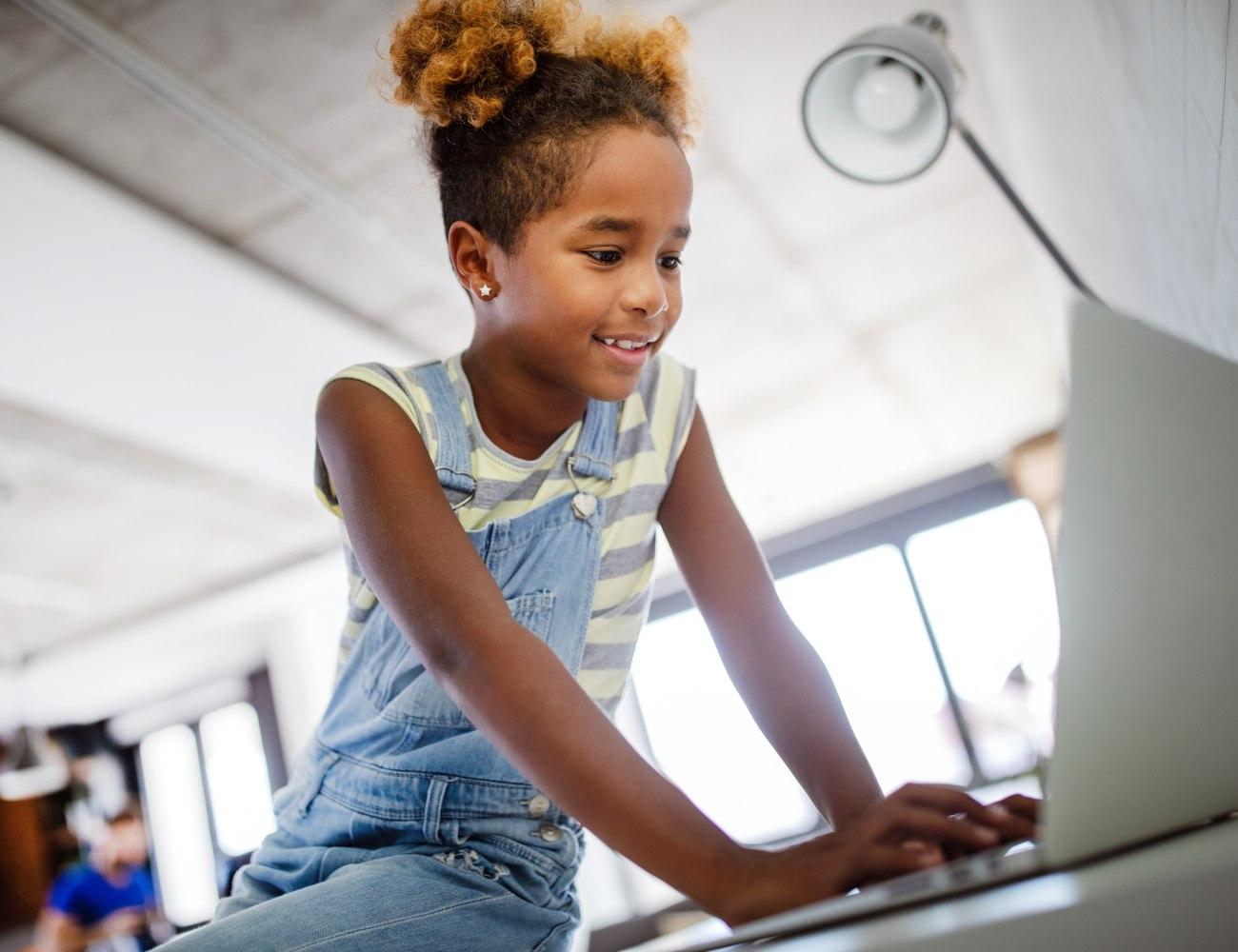 criança a ter aula no computador