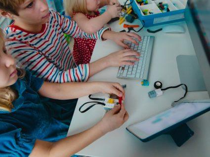 crianças no computador: educação onlife