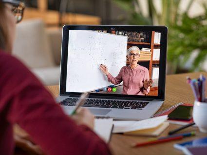 professora a dar aula através do google classroom