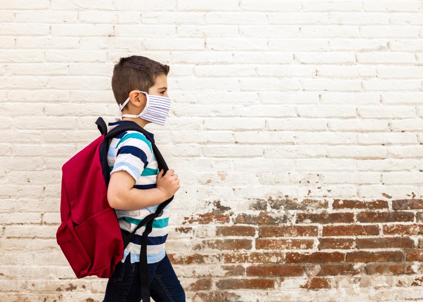 aluno do sistema de ensino português a ir para as aulas com máscara