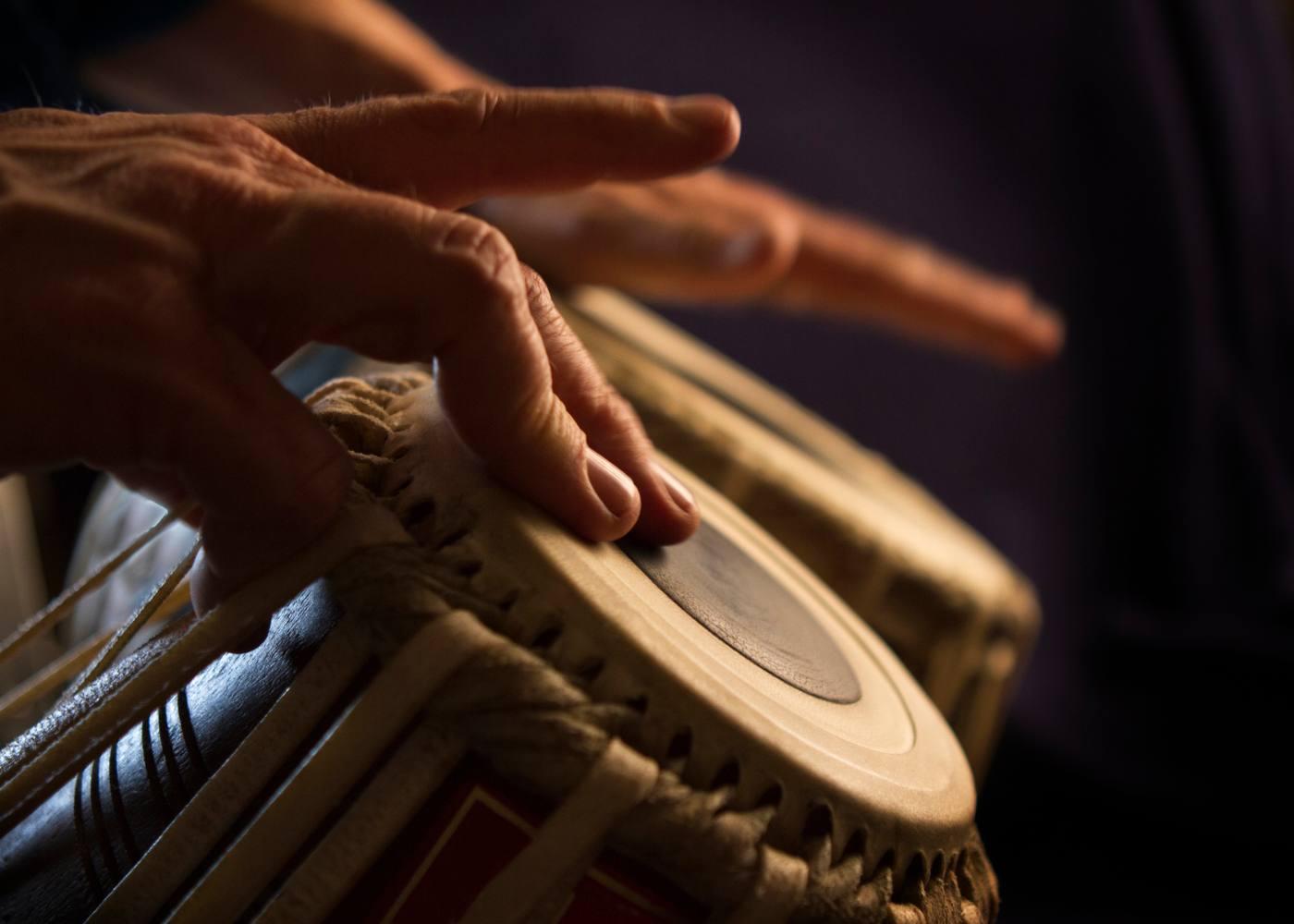 Mãos a tocar bongo