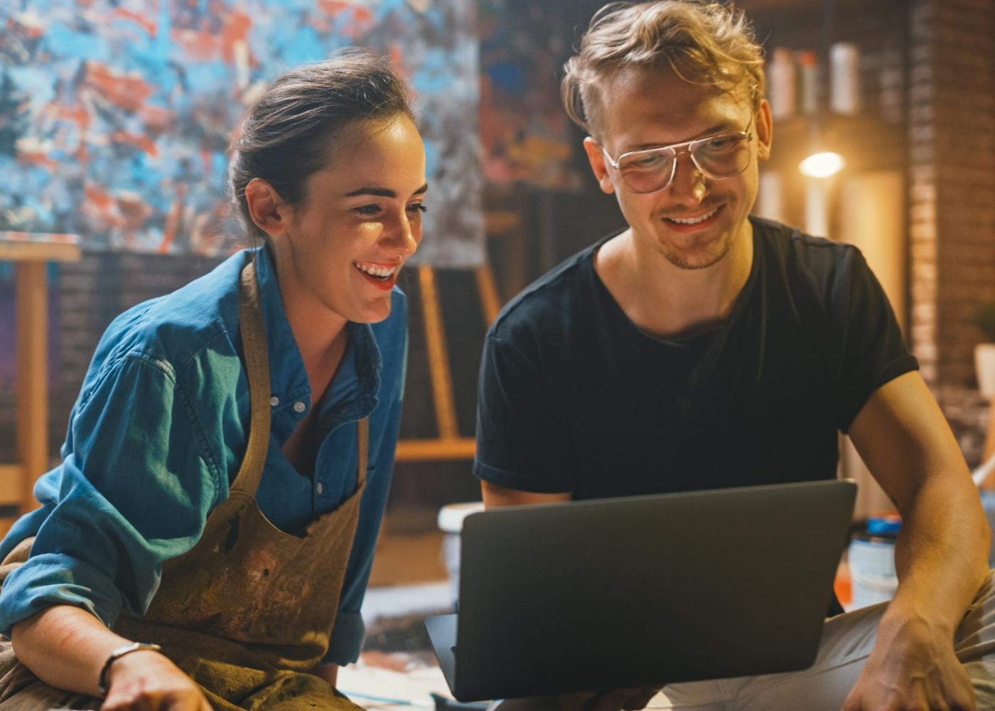 casal a comprar arte online