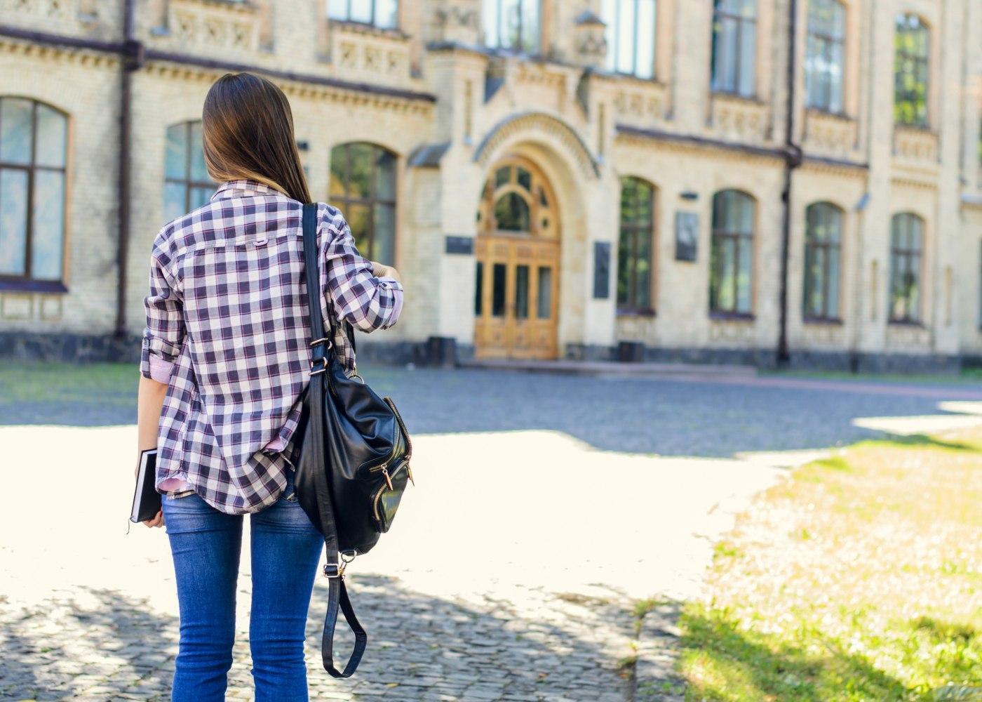 aluna da faculdade a ir para as aulas