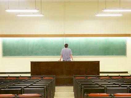 professor na sala de aulas no ensino superior vazia