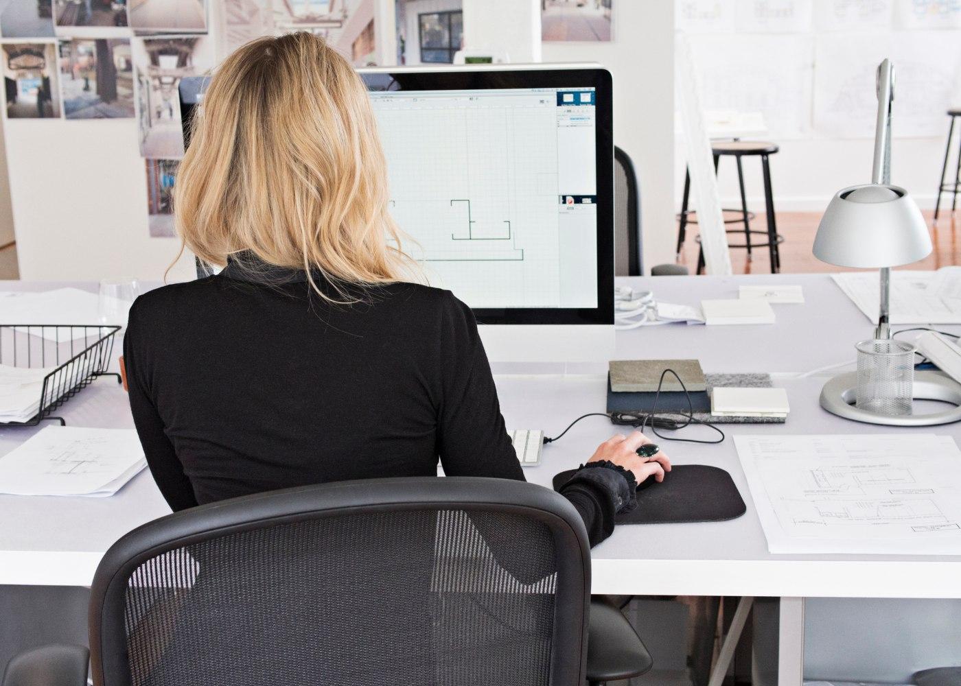 mulher a trabalhar ao computador