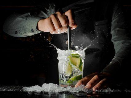 barman a preparar caipirinha no Brasil