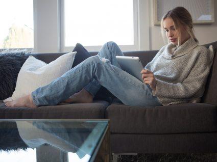 Mulher de calças em casa