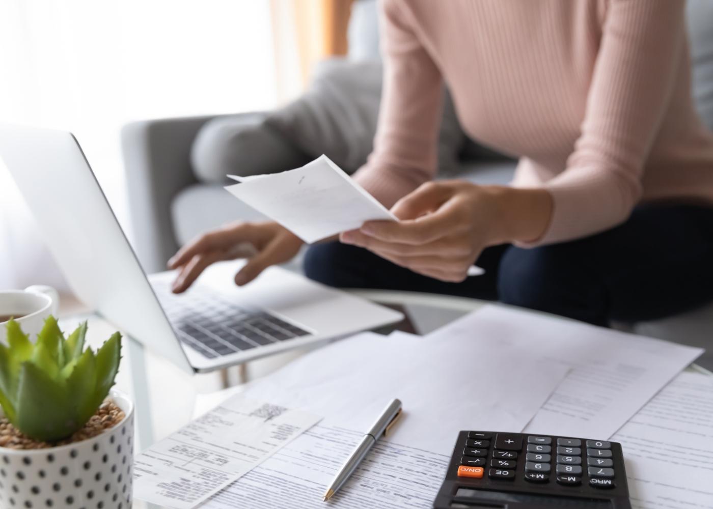 Mulher a calcular despesas domésticas