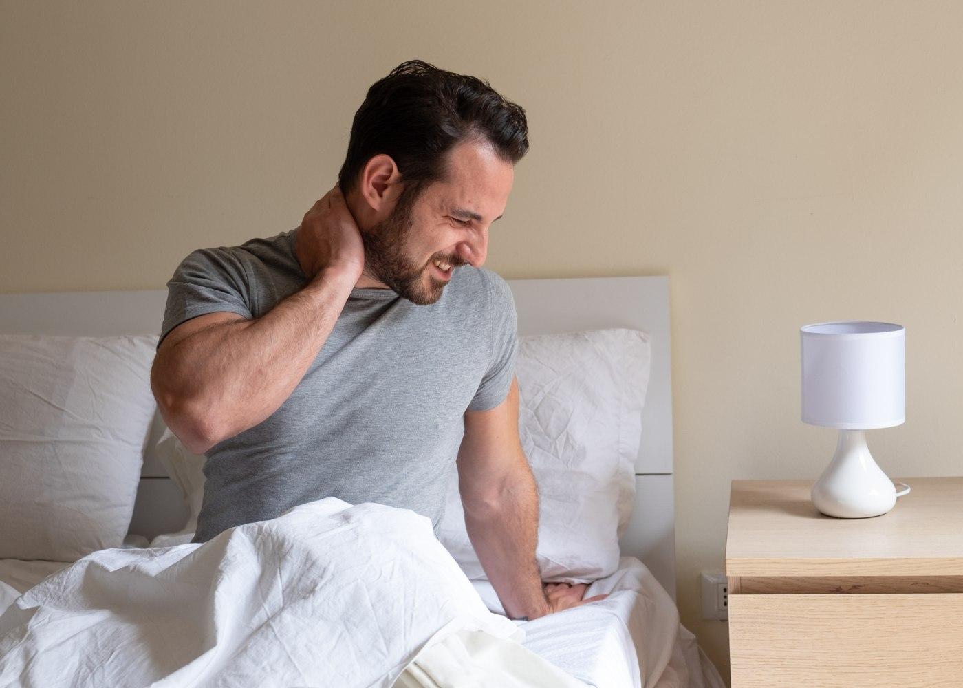 Homem a queixar-se de cervicalgias