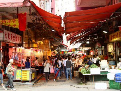 Pessoas a andar num wet market, em hong kong