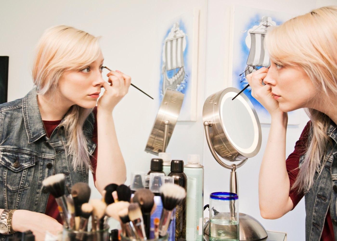 Mulher a pôr maquilhagem
