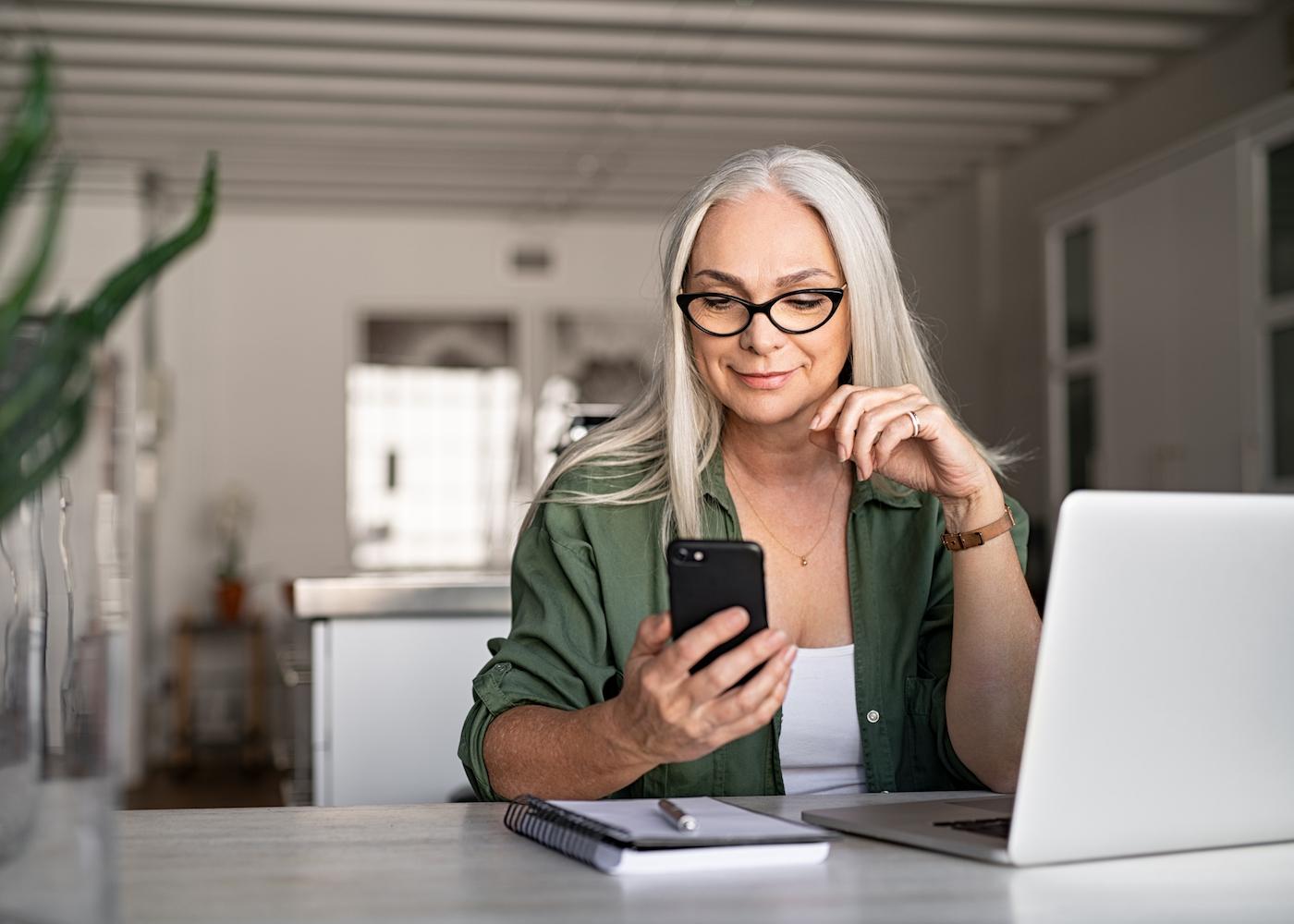 mulher a segurar o telemóvel