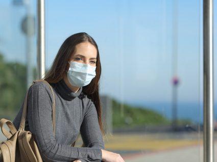 Mulher protege-se do covid-19 que pode causar danos