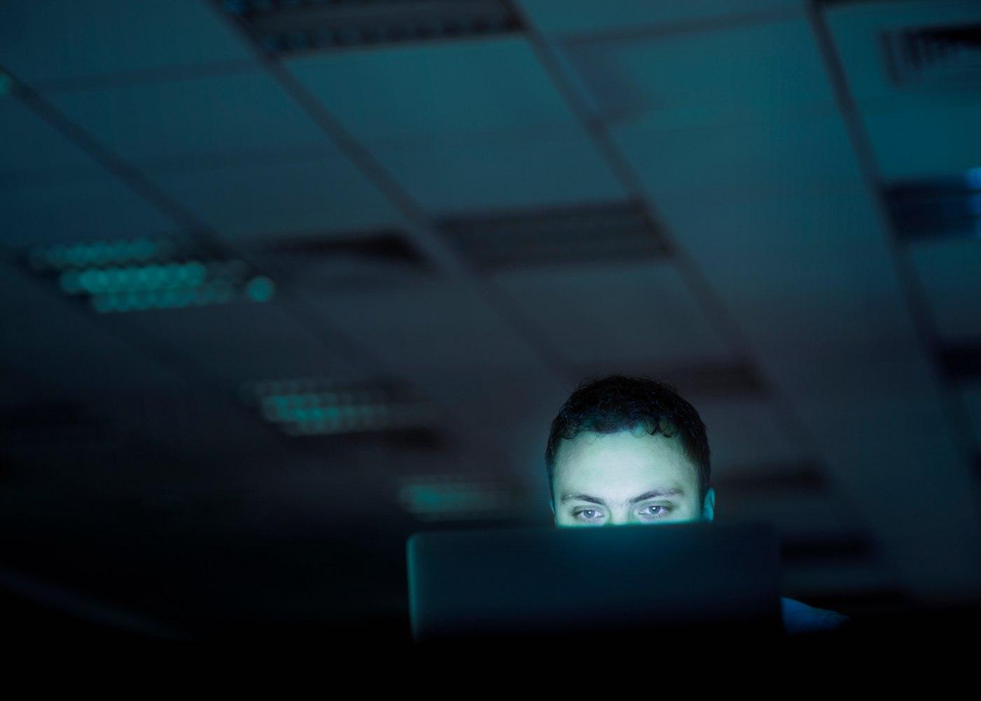 Homem a trabalhar na cibersegurança de um computador