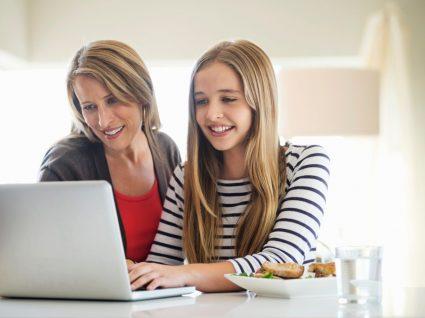 mãe a ajudar a folha a implementar dicas para ter sucesso no ensino à distância