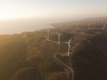 paisagem com geradores de energia eólica