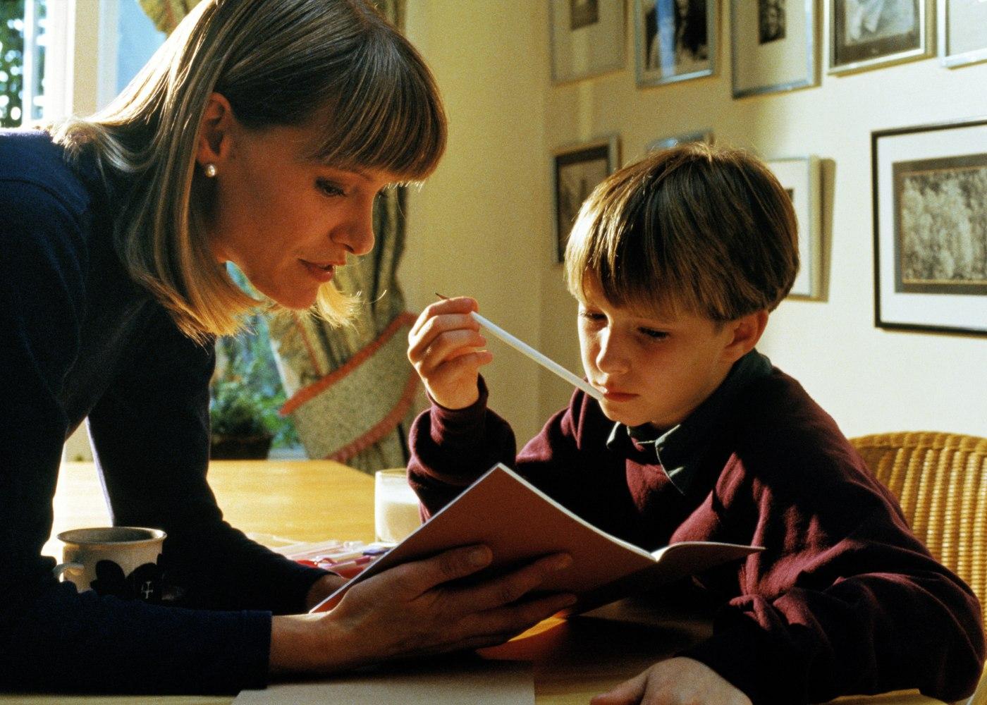 mãe a ajudar filho com trabalhos de casa