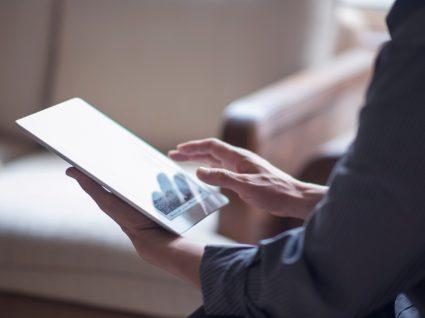 Trabalhador independente a analisar o guia de datas publicado pela Segurança Social