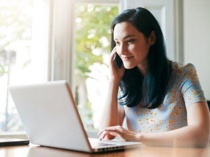 impacto da pandemia nos estágios: jovem a trabalhar ao computador e ao telefone em casa