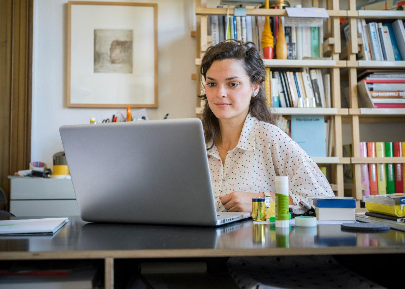 impacto da pandemia nos estágios: jovem a trabalhar de casa