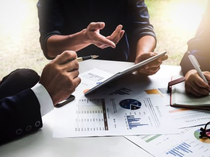 Inspetores do Trabalho a analisar despedimentos com CEO de uma empresa