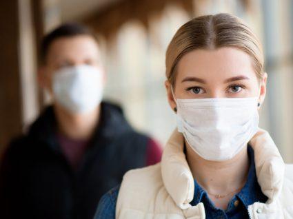 Mulher a usar máscara de proteção em espaço público