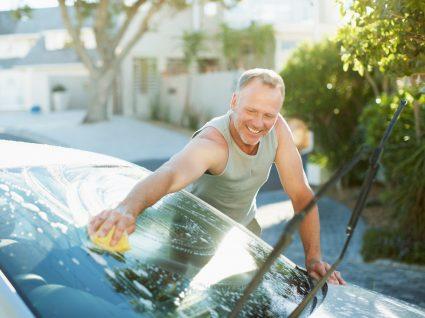 Homem a lavar o carro