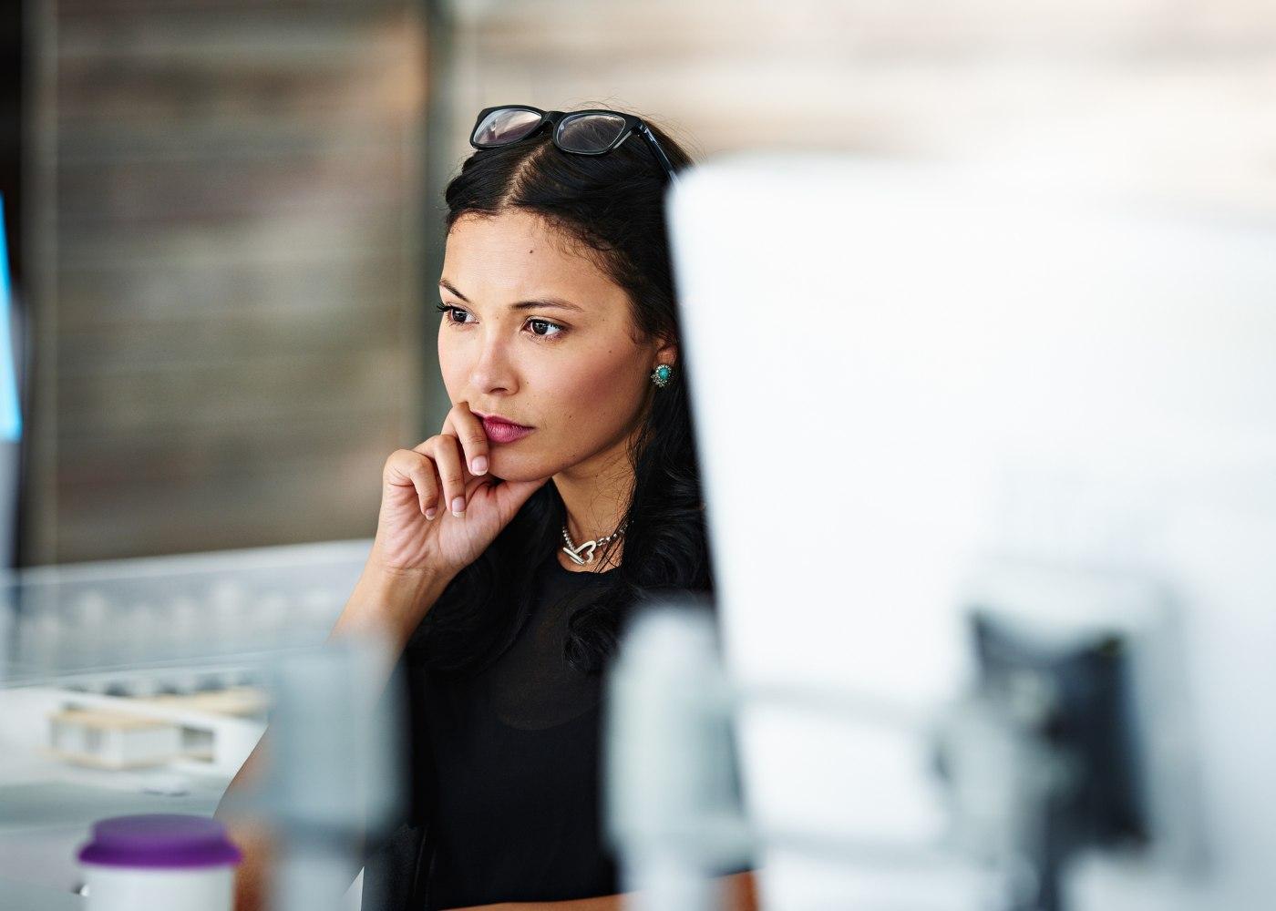 mulher a analisar as repercussões do layoff para o trabalhador