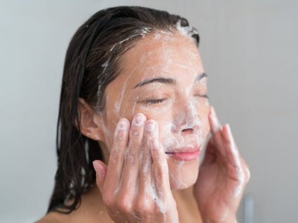 Mulher a fazer uma limpeza de pele caseira