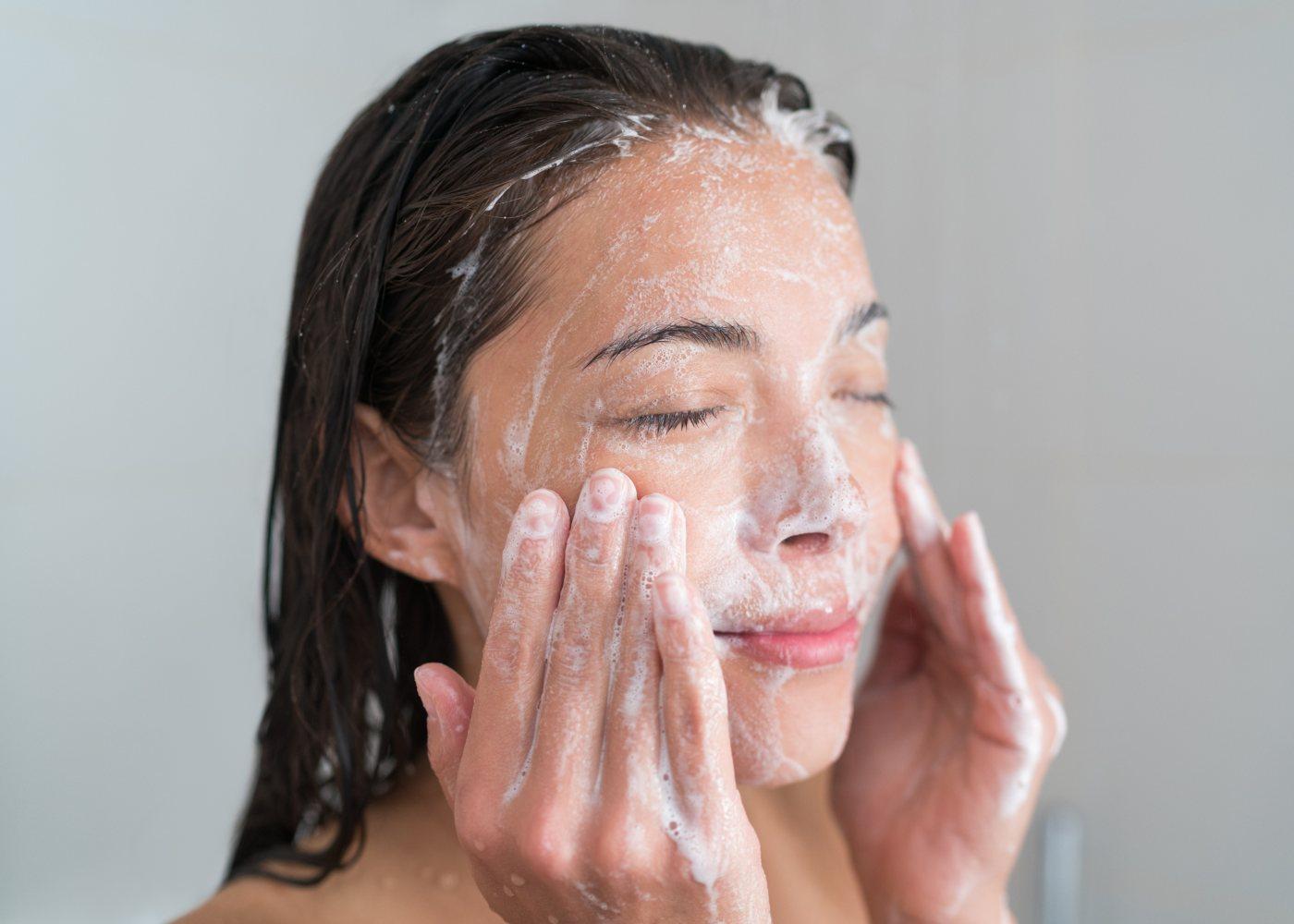 Mulher a limpar a pele