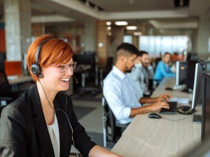 funcionário a trabalhar num escritório de call center