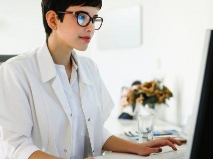 Consulta de Psicologia Multicare: psicóloga a atender cliente online