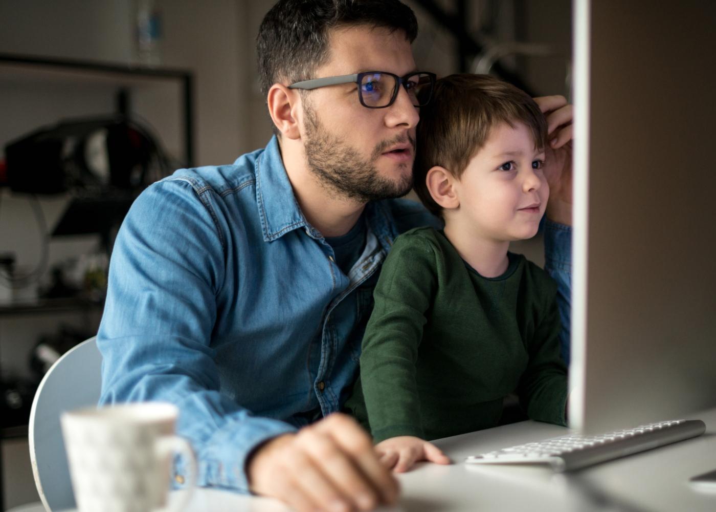 Pai com o filho no colo a preencher a pensão de alimentos no IRS