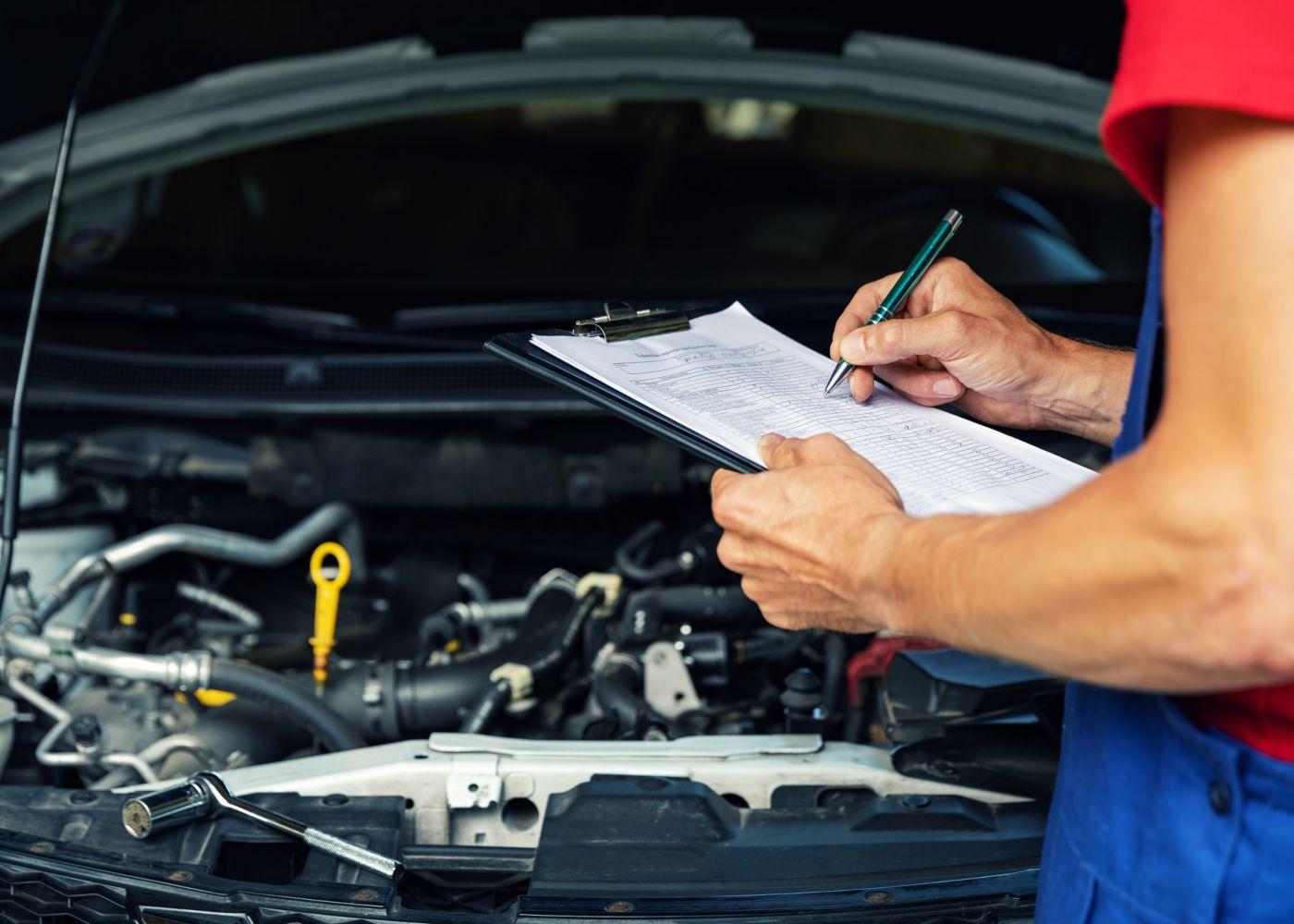 mecânico a fazer inspeção do carro