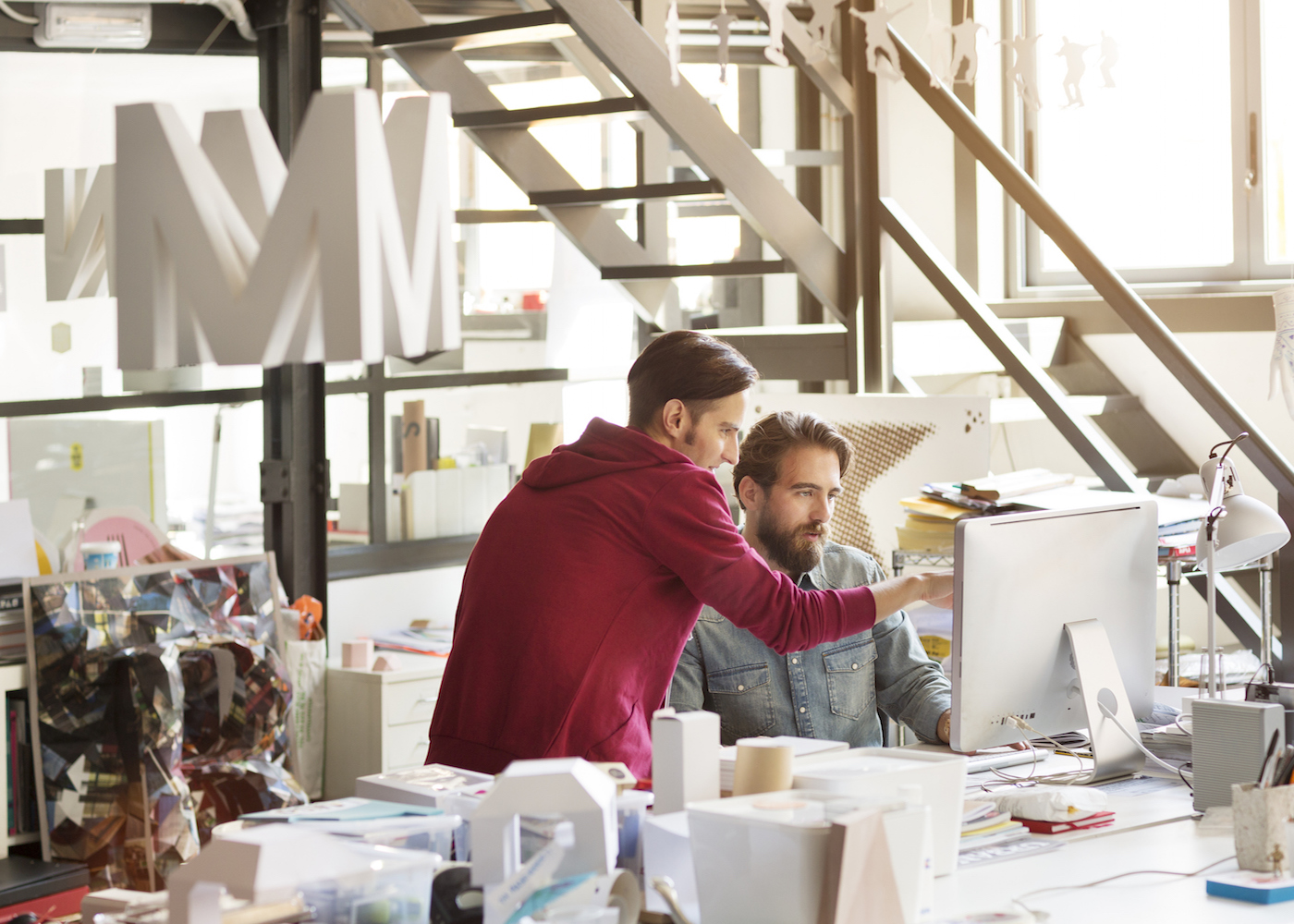 empresários em reunião a olhar para o ecrã do computador